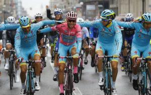 El Astana al completo quiso arropar a su líder durante la última...