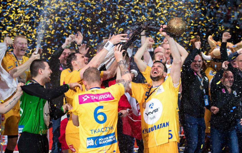 Los jugadores del Kielce celebran su triunfo tras recoger el trofeo de...