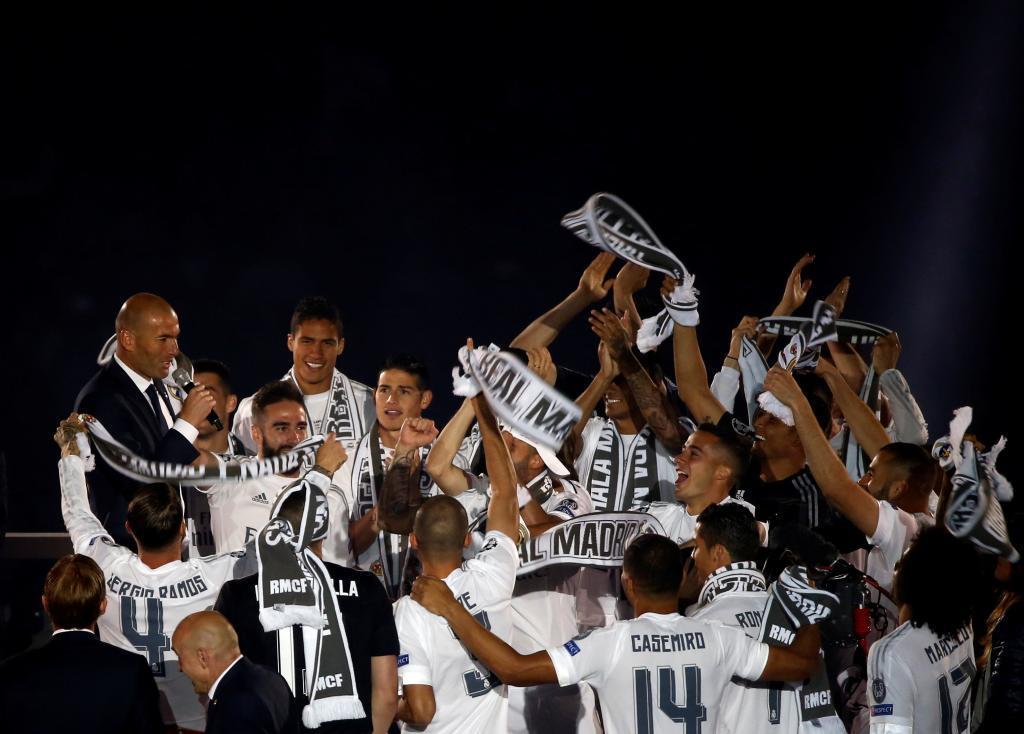 Zidane habla al Bernabéu mientras sus jugadores le jalean.