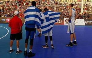 Giannis y Thanasis Antetokounmpo junto a Kristaps Porzingis en el...