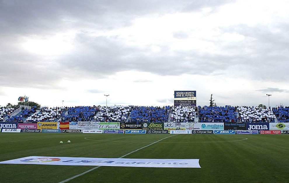Mosaico en las gradas de Butarque antes del partido ante el Llagostera