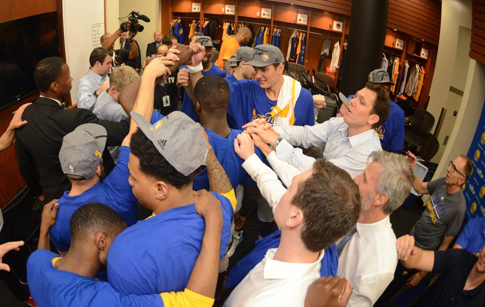 La fiesta de los Warriors en el vestuario tras ganar la Conferencia...