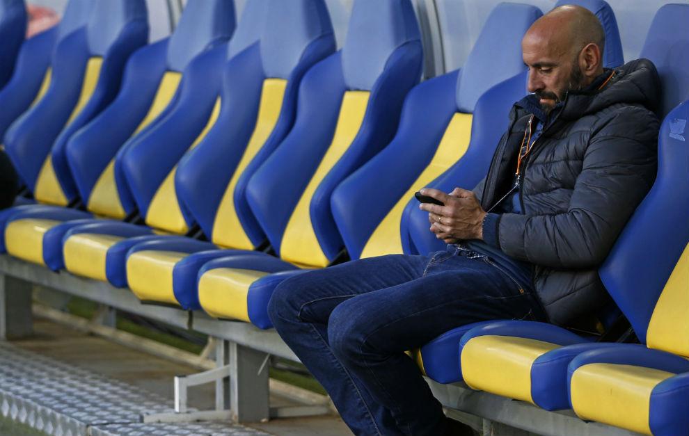 Monchi, con el teléfono móvil en el banquillo del estadio de Lviv.