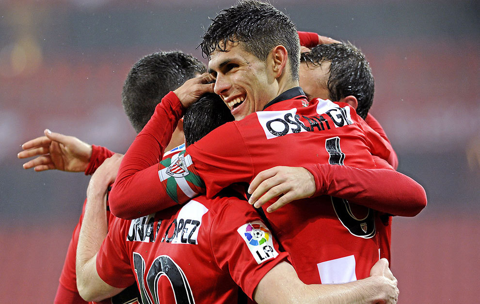 Óscar Gil (20), con el brazalete de capitán, celebra abrazado a sus...