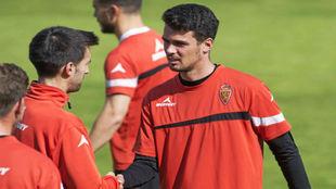 Erik Morán saluda a Manu Lanzarote en un entrenamiento.
