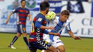 Szymanowski pelea un balón durante el partido ante el Llagostera