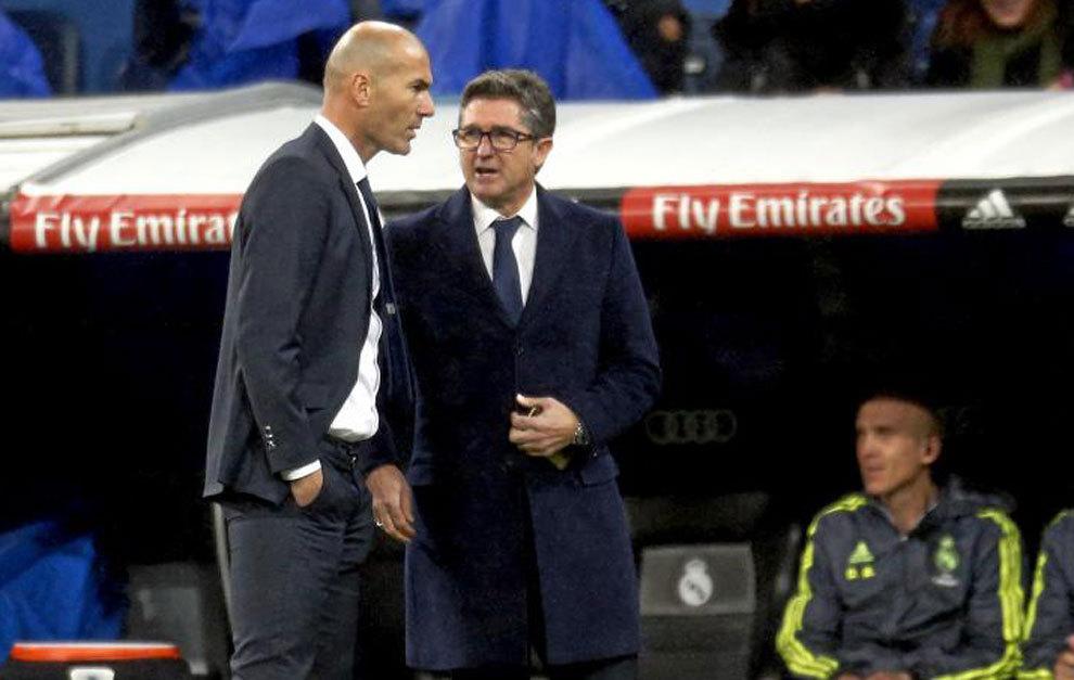 Zidane dialoga con Chendo durante un partido de esta temporada.
