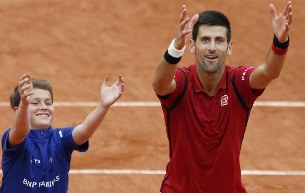 Djokovic juguetea con un recogepelotas