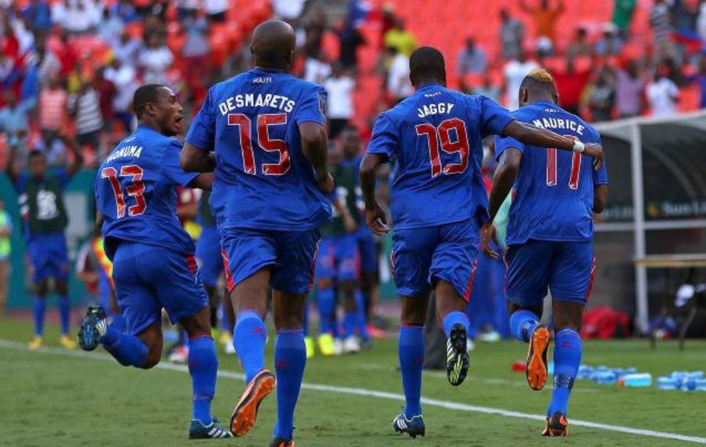 Varios jugadores de Haití celebran un tanto.
