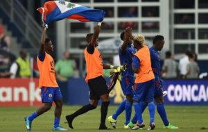 Les Granadiers levantan su bandera ante la afición.
