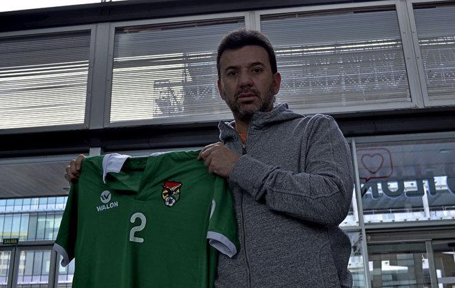 Baldivieso posa para MARCA.como con una camiseta de Bolivia.