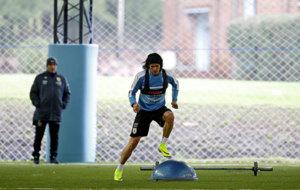 Cavani realiza un ejercicio en el entrenamiento de Uruguay.