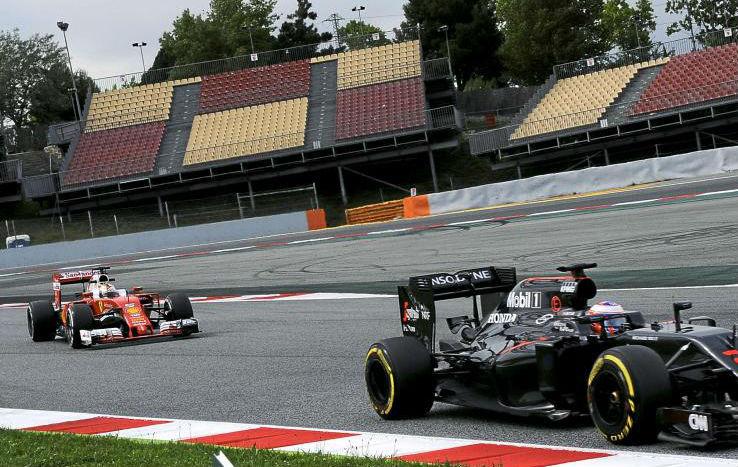 Los dos F1 transitan por la nueva 'chicane'. Al fondo se ve el trazado...