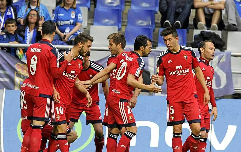 Los jugadores de Osasuna celebran uno de sus cinco goles en el Carlos...