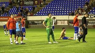 Los jugadores del Zaragoza, hundidos delante de su afición al final...