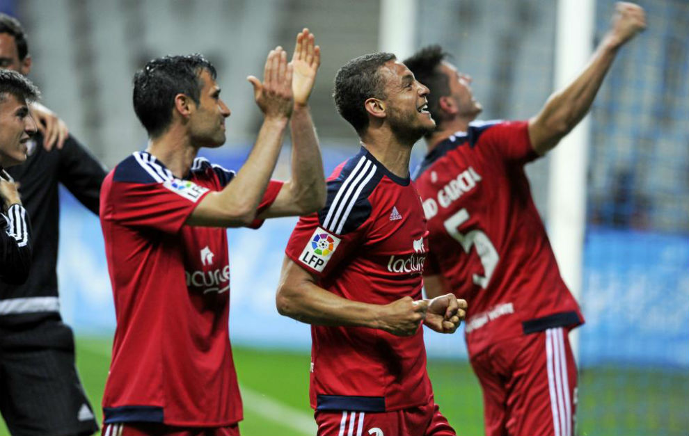 Los jugadores de Osasuna celebraron con rabia junto a sus aficionados.
