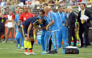 Los m�dicos de Colombia atienden a James a pie de c�sped.