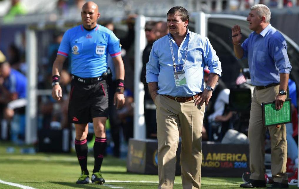 Óscar Ramírez, durante el partido ante Paraguay.
