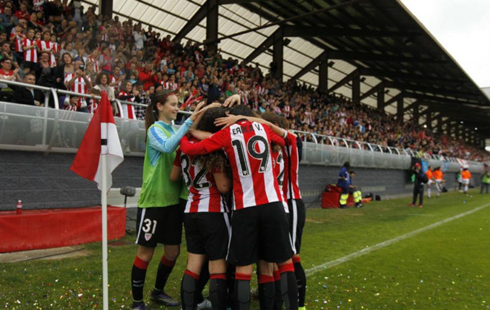 Las jugadoras del Athletic celebran un gol en Lezama.