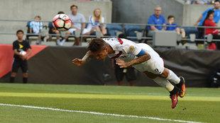 Momento en el que Paolo Guerrero se lanza en plancha y anota el gol...