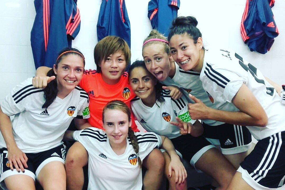 Las jugadoras del Valencia celebran la victoria en el vestuario.