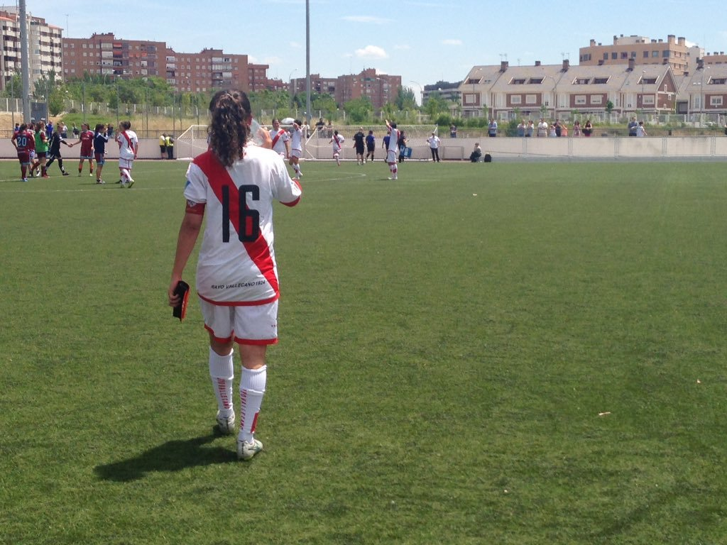 Alexandra López abandonando el campo tras el empate en Vallecas.