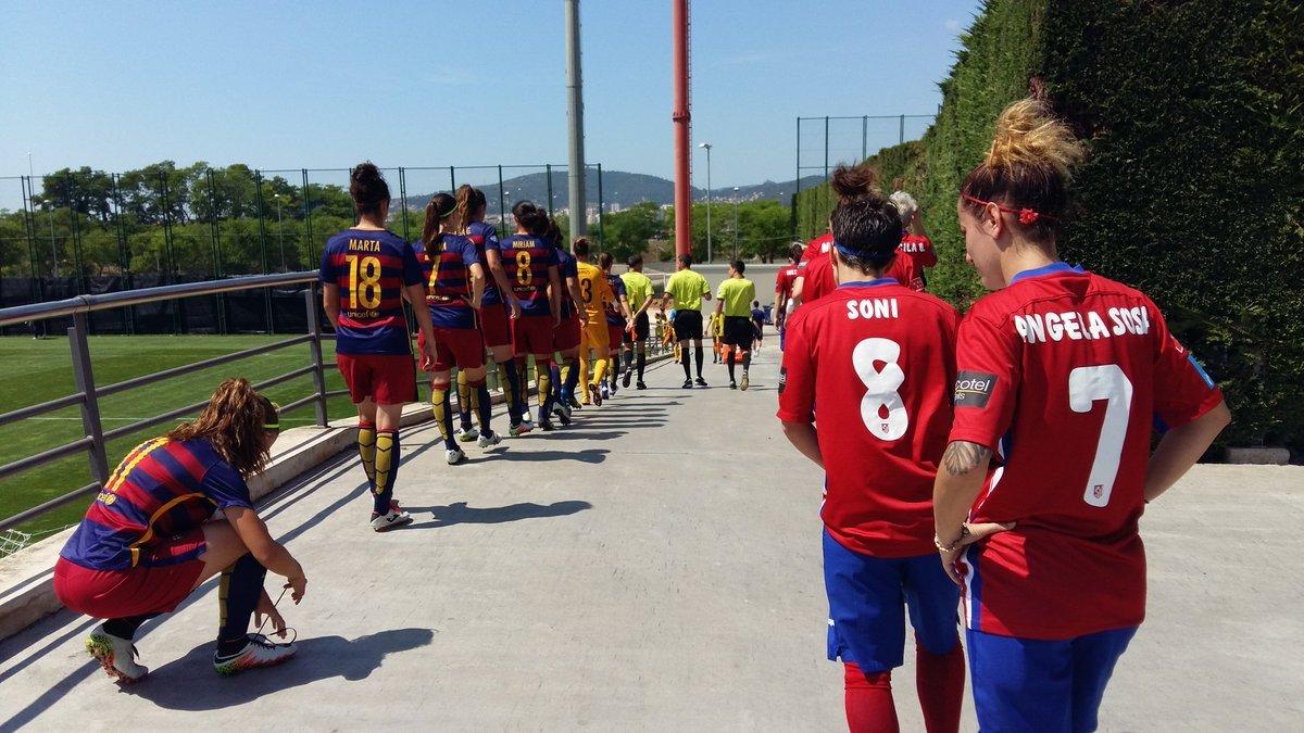 Jugadoras del Barcelona y Atlético de Madrid antes del partido.