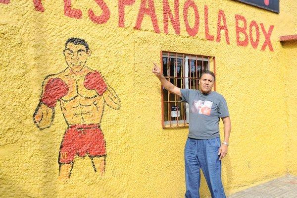 Evangelista señala el lugar dónde comenzó a entrenar.