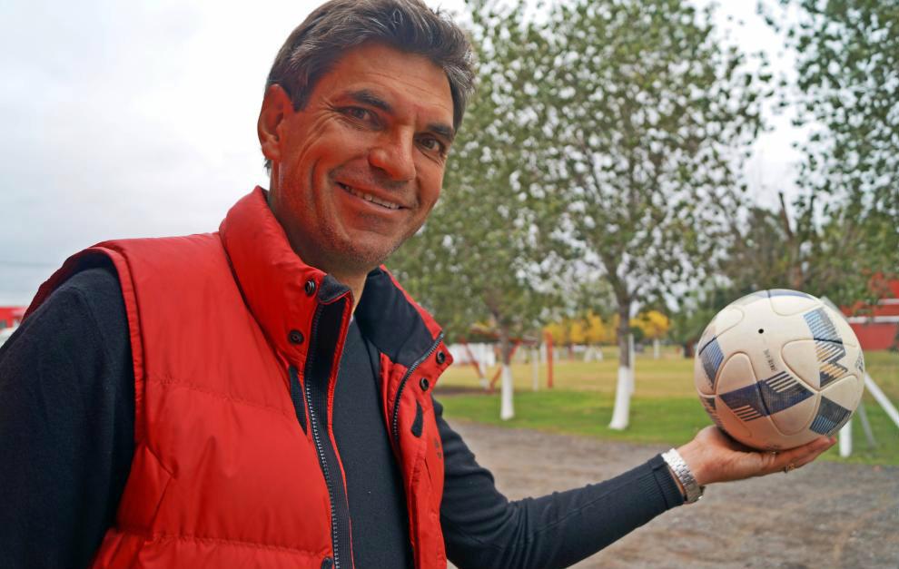 Mauricio Pellegrino posa con un balón tras la entrevista.