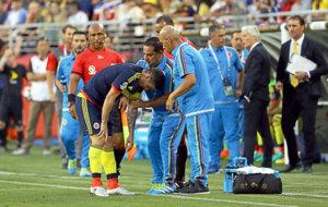 James es atendido por los m�dicos colombianos durante el choque ante...