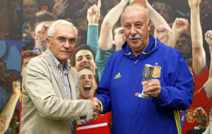 Vicende del Bosque recibe el galard�n de manos de Paco Garc�a...