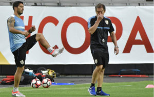 Luis Su�rez, entrenando con Uruguay.
