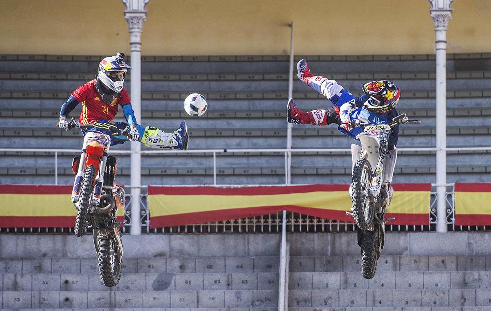 Torres y Rinaldo con sus motos pasándose un balón.
