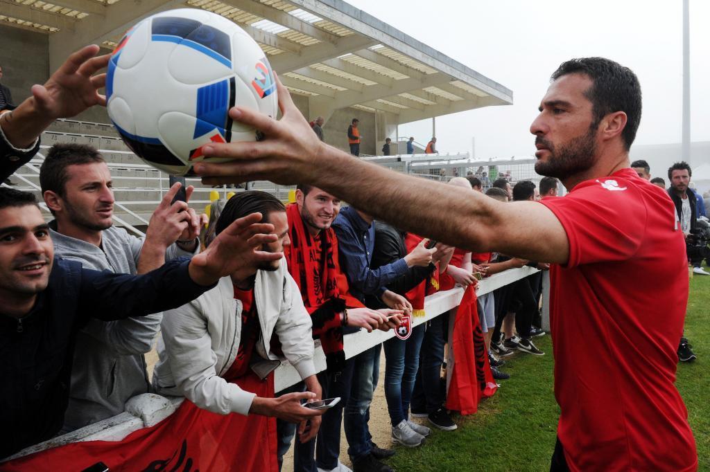 Shehi, con los aficionados en un entrenamiento.