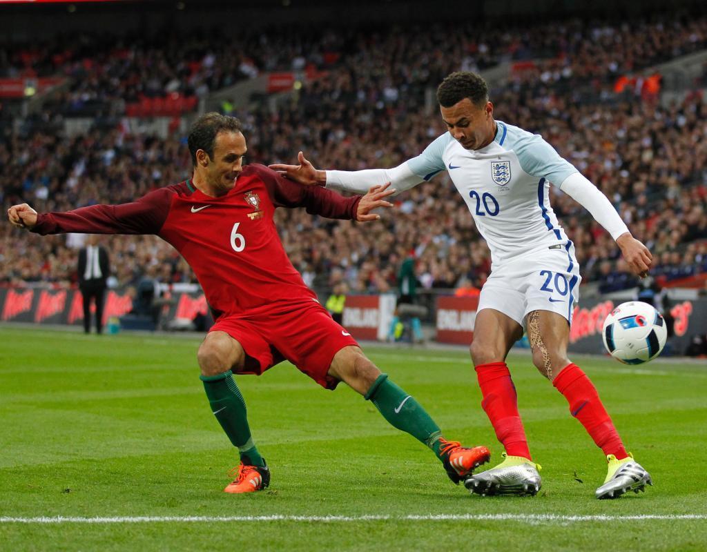 Ricardo Carvalho con Dele Alli durante el Inglaterra-Portugal.