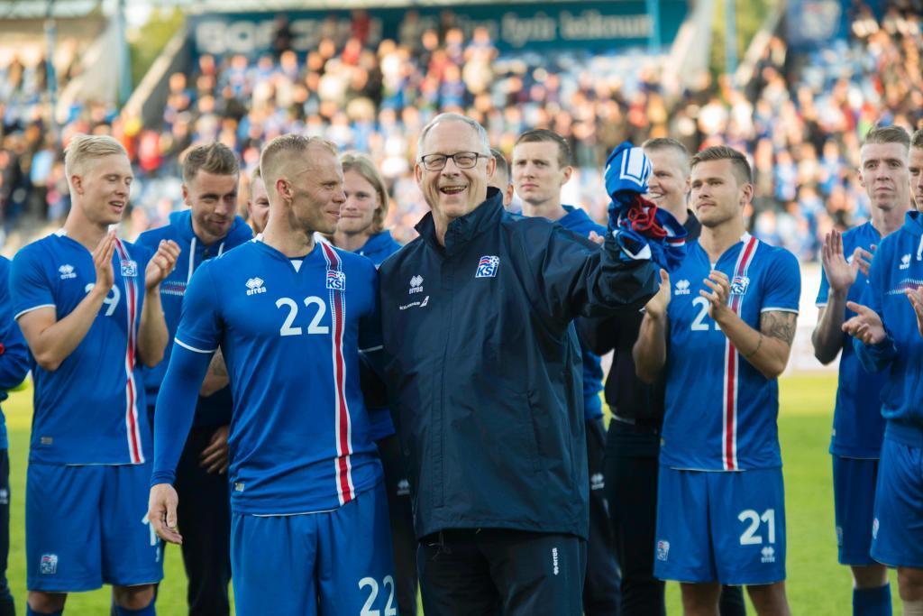 Gudjohnsen y los componentes de la selección de Islandia.