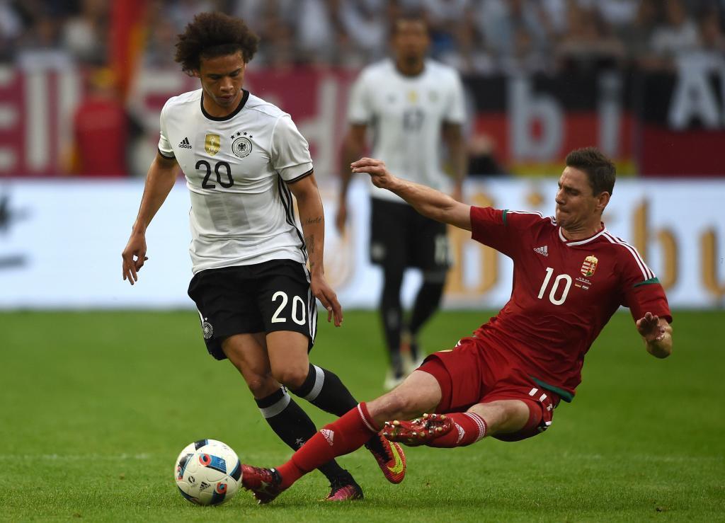 Gera entra a Sané durante un choque entre Alemania y Hungría.