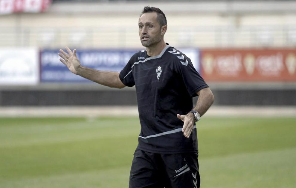 José Manuel Airá dirigiendo un partido del Murcia.