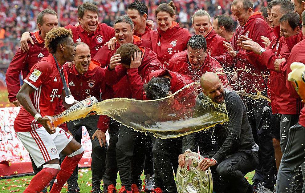 Los jugadores del Bayern y Guardiola celebran el último título de...