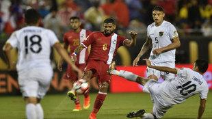 Gabriel Gómez (rojo) en un partido con la selección de Panamá.