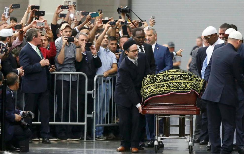 El féretro de Muhammad Ali llega al lugar en el que tuvo lugar la...