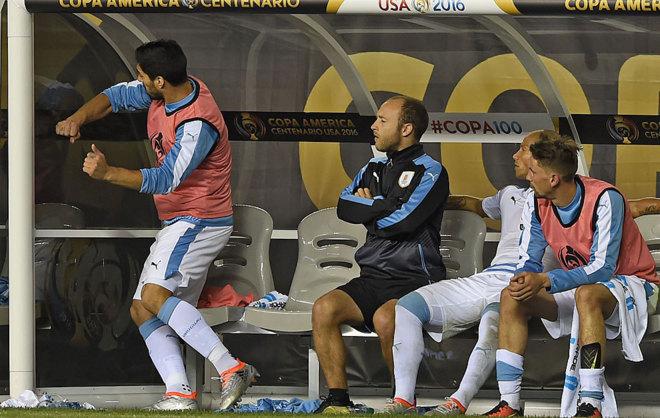 Luis Suárez golpea el banquillo por no jugar ante Venezuela.