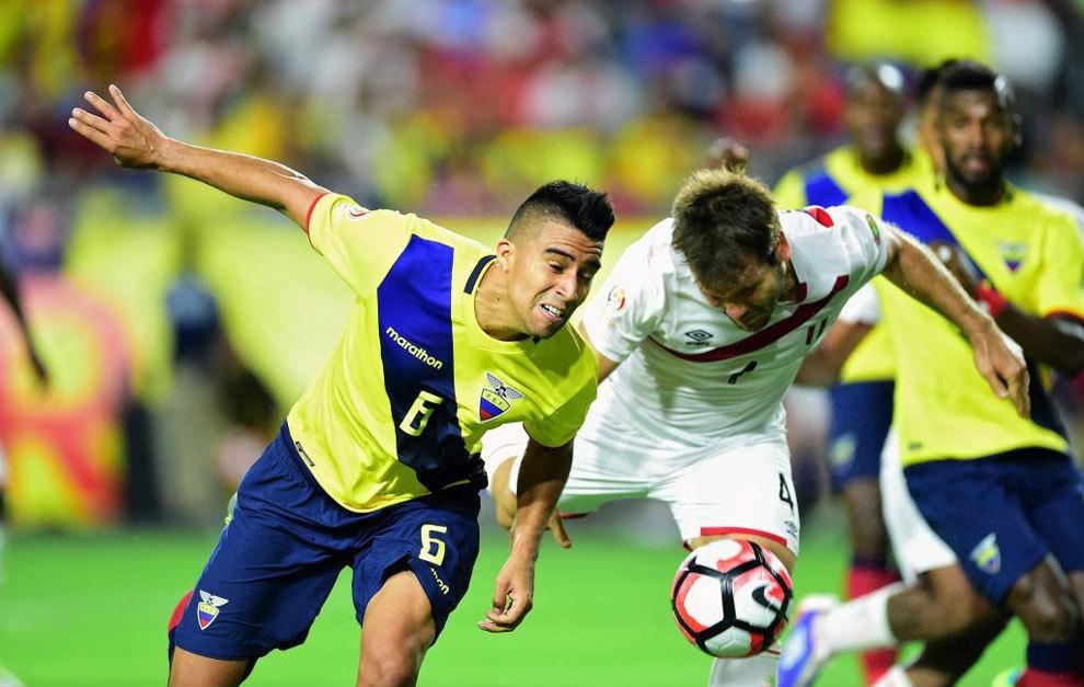 Pugna por un balón en el encuentro entre Ecuador-Perú.