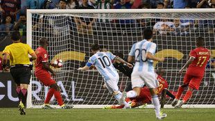 Messi dispara de zurda para anotar su 'hat-trick'.