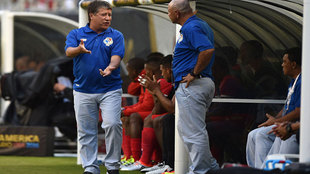 'Bolillo' Gómez da indicaciones a un asistente en el...