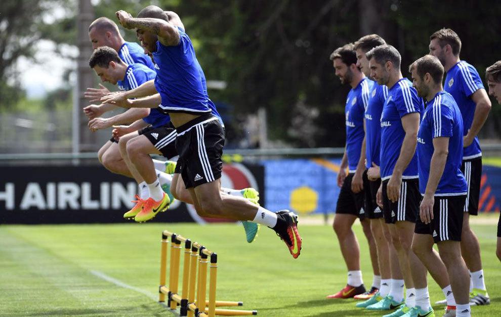 Los jugadores de Irlanda del Norte entrenando en Francia.