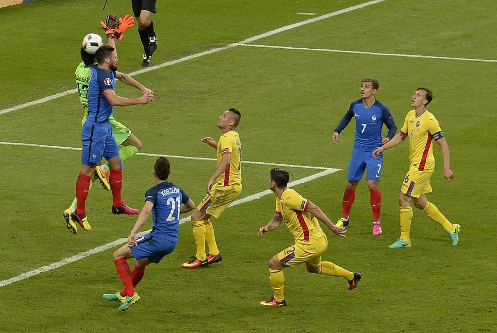 De esto se quejan los rumanos: choque de Giroud con Tatarusanu.