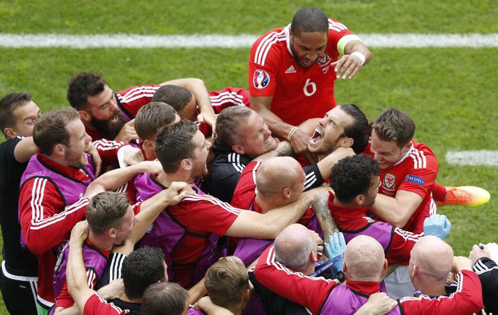 Los jugadores de Gales celebran el gol de Bale.