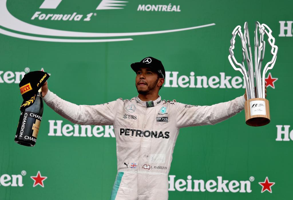 Hamilton celebra su victoria en el podio de Montreal.
