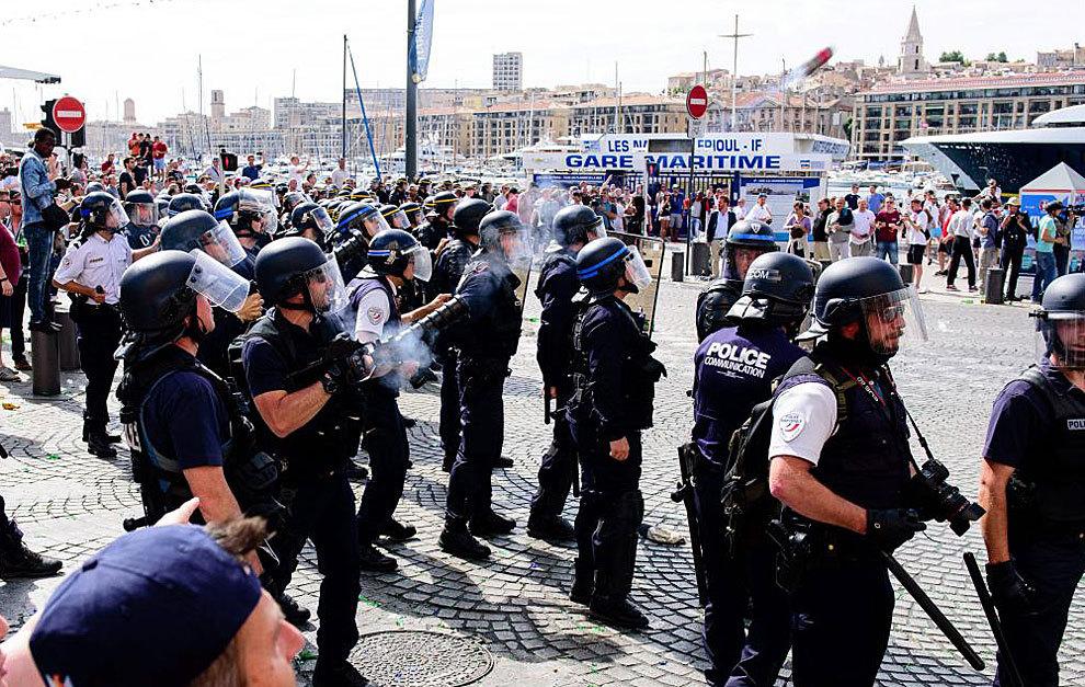 La Policía, durante los enfrentamientos del pasado sábado en...